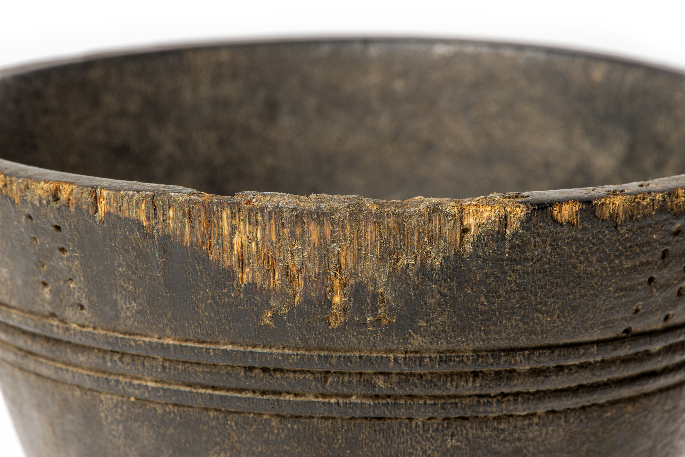 Figure 2: Abrasion damages on the external upper part of the cup showing the fibrous texture of the material. Photo E. Disner.